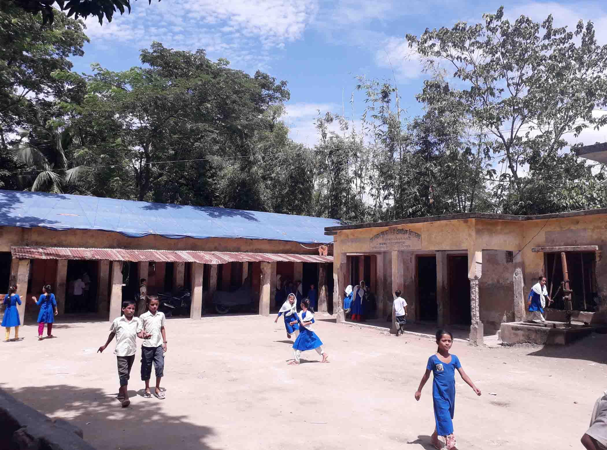 মোহাম্মদপুর সপ্রাবি'র পরিত্যক্ত ও ঝুঁকিপূর্ণ ভবন ধসে পড়ার আতঙ্কে শিক্ষক-অভিভাবকেরা